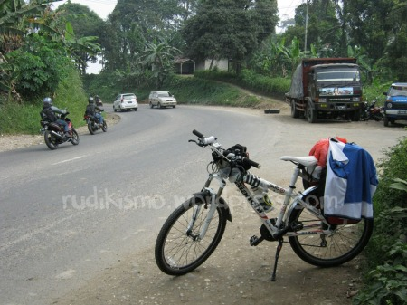 Puncak Cipatat, jalan menurun ke arah Cianjur