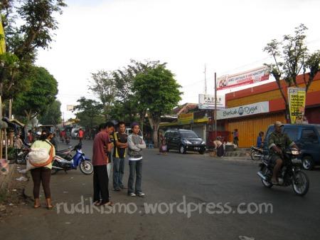 Suasana jalan raya depan pasar Purwantoro arah Slogohimo, Wonogiri